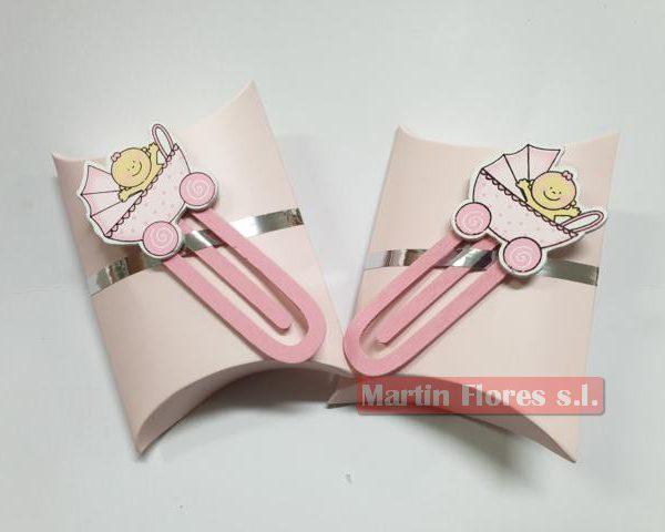 Detalle marca página madera bebé rosa